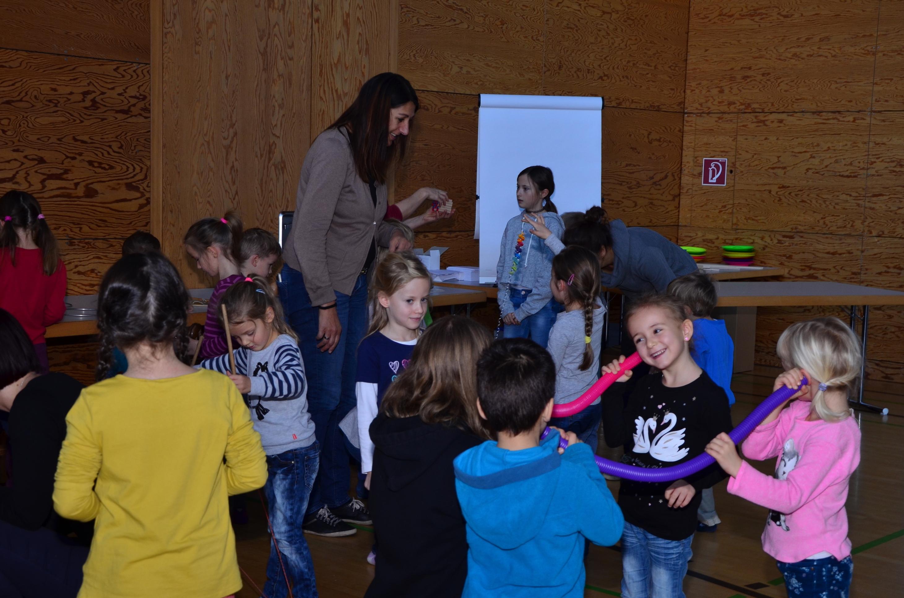 Kinder spielen mit H. Fluri  1.JPG