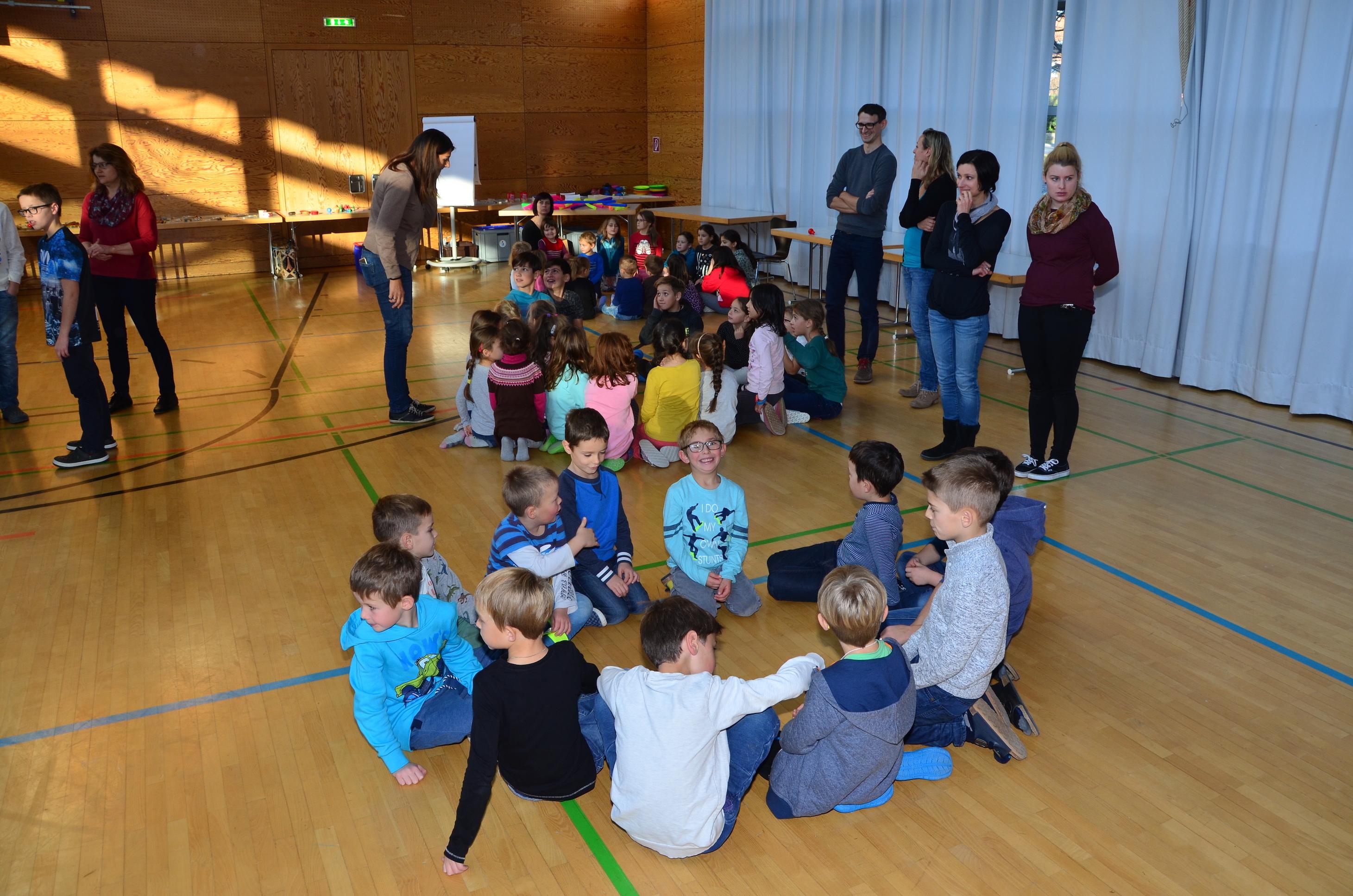 Kinder spielen mit H. Fluri  5.JPG
