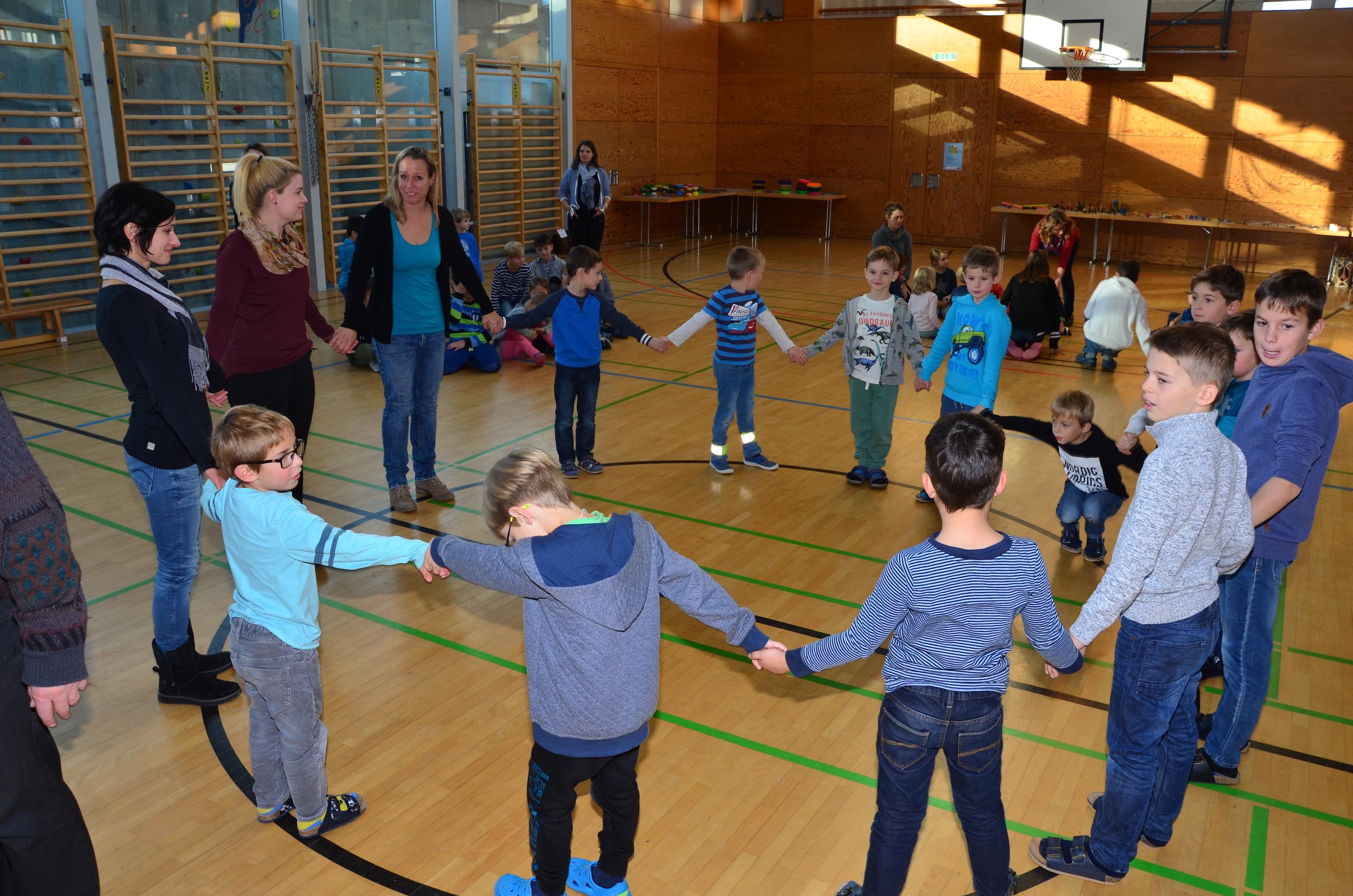Kinder spielen mit H. Fluri  6.JPG